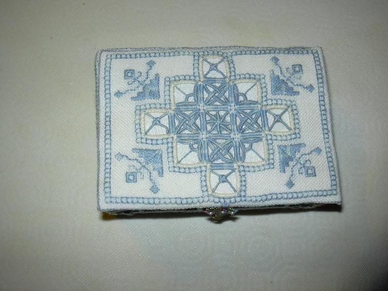 Boite reticello brodée par Jocelyne avec le fil perlé 12 Horizon