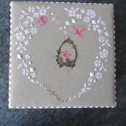 Marie-Odile brode le coeur de printemps monochrome