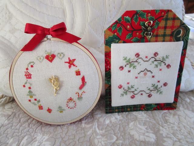 Michèle brode les grilles offertes du kit ornements et de Noël