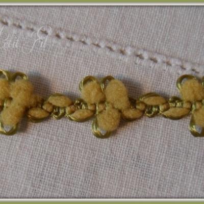 Galon fleurs velours vert
